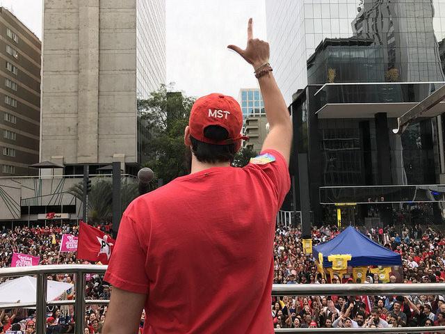 """""""Odeiam nossa mania de amar e cantar: cantem por mim"""", escreve Lula a Festival"""