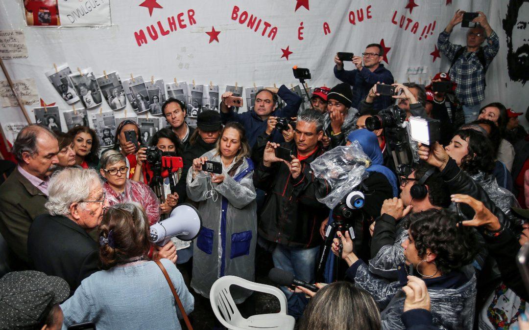 """CHOMSKY: """"J'AI VISITÉ LULA, LE PRISONNIER POLITIQUE LES PLUS IMPORTANT DU MONDE. UN """"COUP DOUX"""" AU BRÉSIL UNE ÉLECTION AURA DES CONSÉQUENCES GLOBALES"""""""
