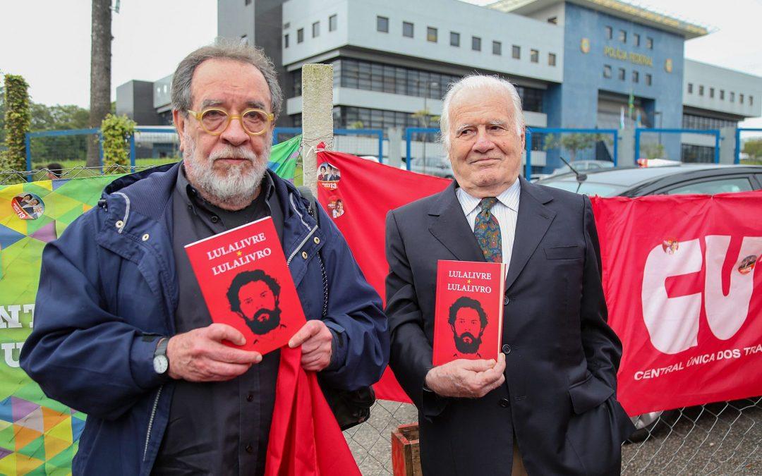 Fernando Morais e Mino Carta são impedidos de visitar Lula: nem na ditadura militar isso aconteceu