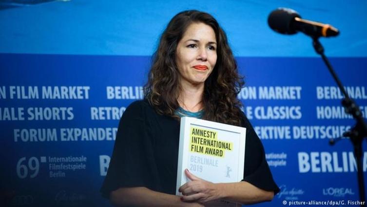 Lula e Marielle são faces da injustiça, diz diretora premiada em Berlim